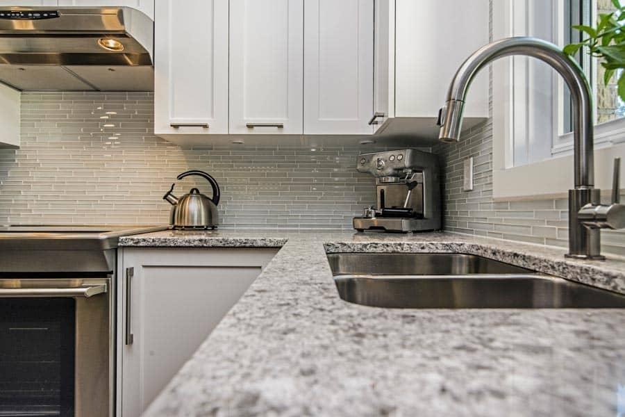Comptoir-de-granite-dans-un-projet-de-cuisine-a-Anjou