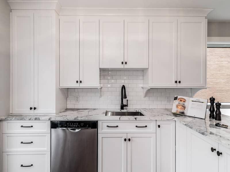 Cuisine-avec-comptoir-de-marbre-et-robinetterie-noir-dans-un-projet-de-St-Leonard