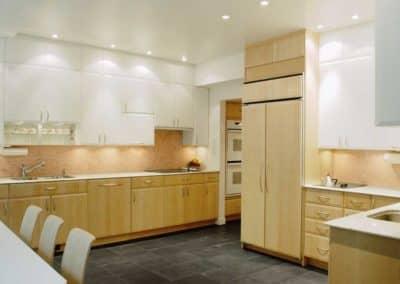 Cuisine-deux-tons-avec-porte-erable-naturel-et-porte-laquer-blanc-lustre-et-dosseret-de-marbre