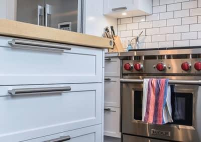 Ilot-avec-tiroirs-et-comptoir-de-bois-dans-Rosemont