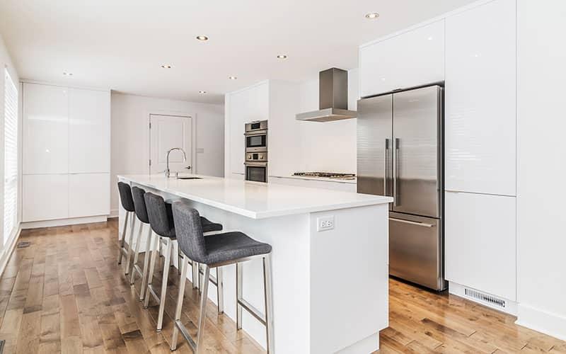 Renovation-de-cuisine-a-St-Lambert-en-laquer-blanc-lustre
