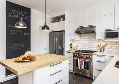 Renovation-de-cuisine-avec-porte-Shaker-laquer-et-ilot-a-Montreal