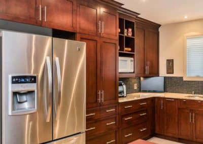 Renovation-de-cuisine-avec-porte-de-merisier-model-Shaker-teint