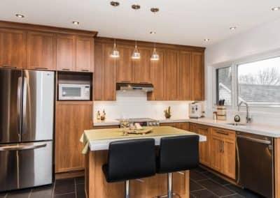 Renovation-de-cuisine-avec-portes-en-bois-teint.
