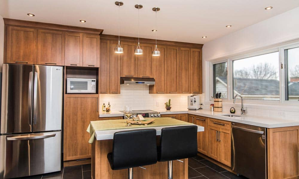 Renovation de cuisine avec portes en bois teint max construction - Renovation portes interieures bois ...