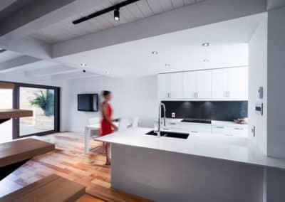 prime-Cuisine-blanche-de-type-aire-ouverte-avec-comptoir-lunch-pour-un-projet-Hochelaga
