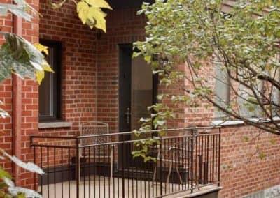 Agrandissement-lateral-avec-balcon-de-fibre-de-verre