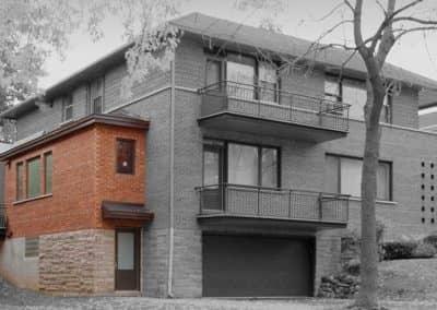Agrandissement-lateral-en-brique-et-pierre-sur-un-cottage-dOutremont.1