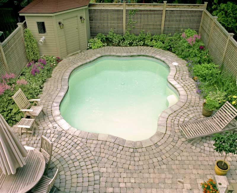 Amenagement-exterieur-avec-pave-uni-et-piscine-a-Montreal