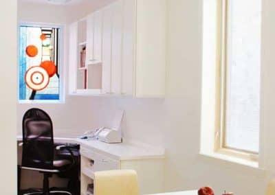 Coin-bureau-avec-vitrail-dans-un-agrandissement-lateral-dun-projet