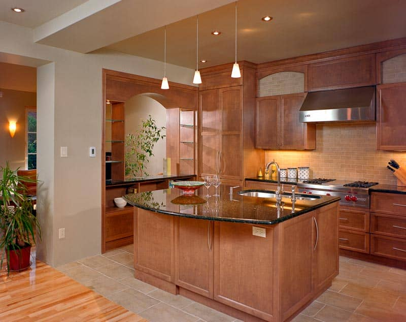 Cuisine-avec-ilot-central-et-comptoir-lunch-en-granite