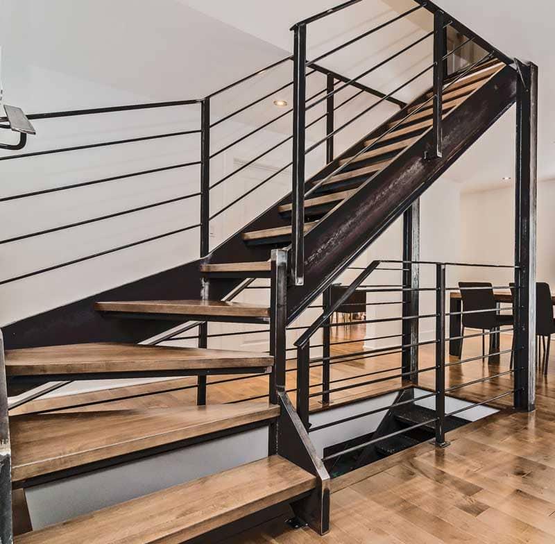 Escalier-avec-garde-corps-en-acier