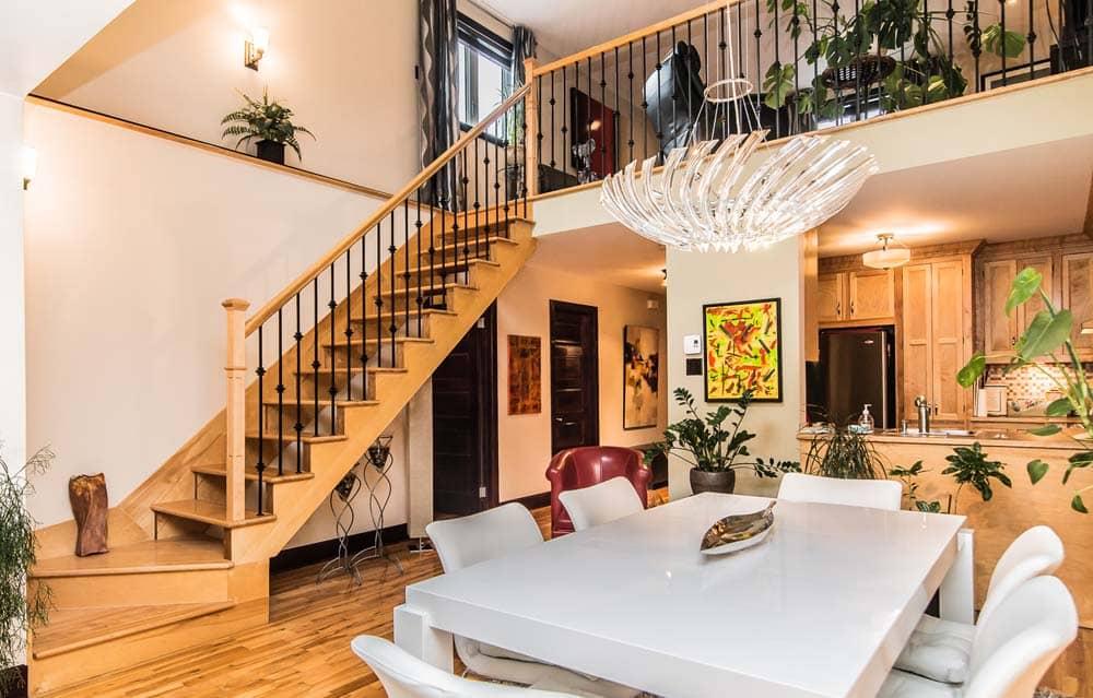 Escalier de bois entre la mezzanine et la salle a manger