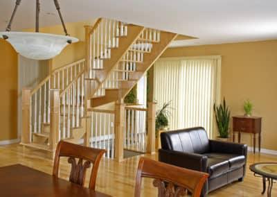 Escalier ouvert en bois vernis