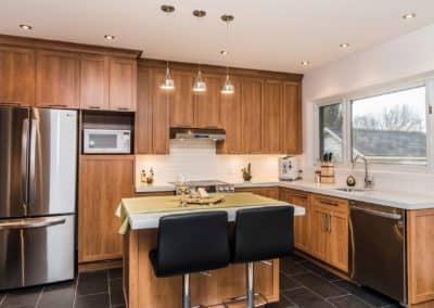 Renovation de cuisine avec portes en bois teint