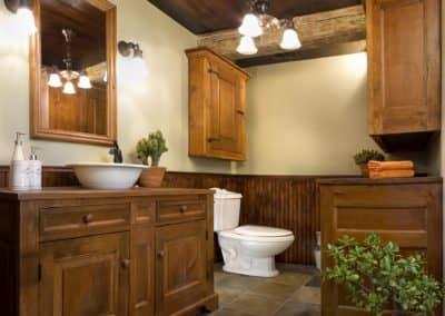 Renovation de salle de bain avec cabinetterie antique