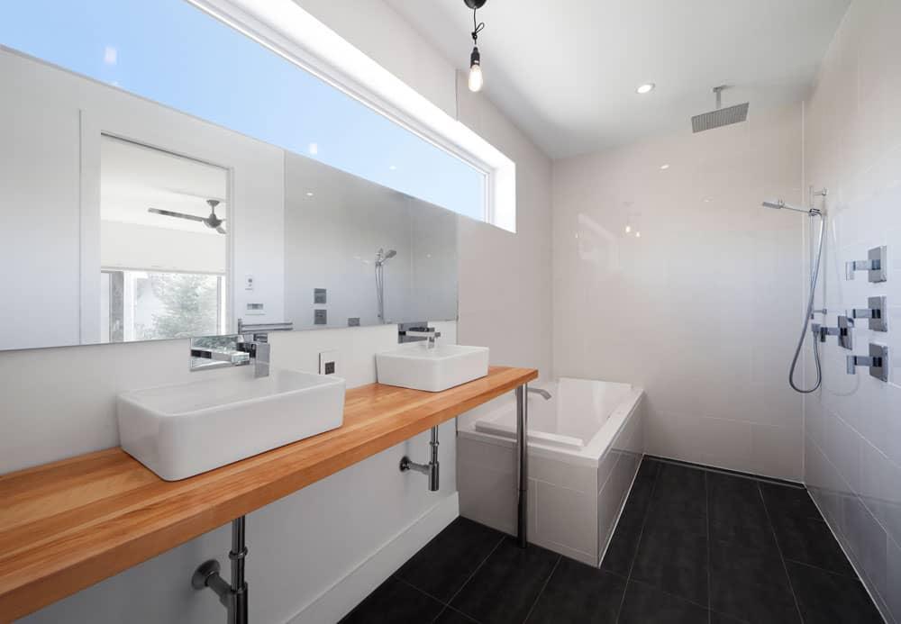 Renovation-de-salle-de-bains-avec-douche-a-litalienne-et-comptoir-de-bois