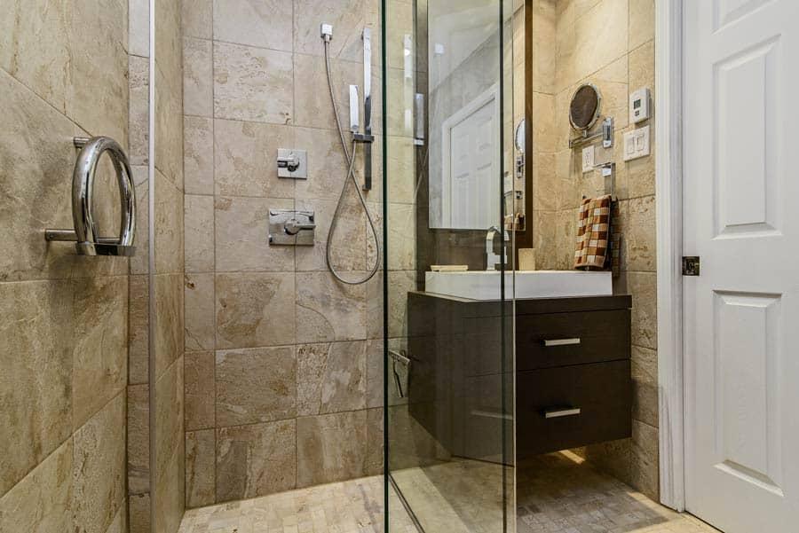 Renovation-de-salle-de-bains-avec-douche-de-verre.