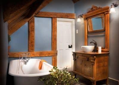 Salle de bains antique avec bain sur pattes en fonte