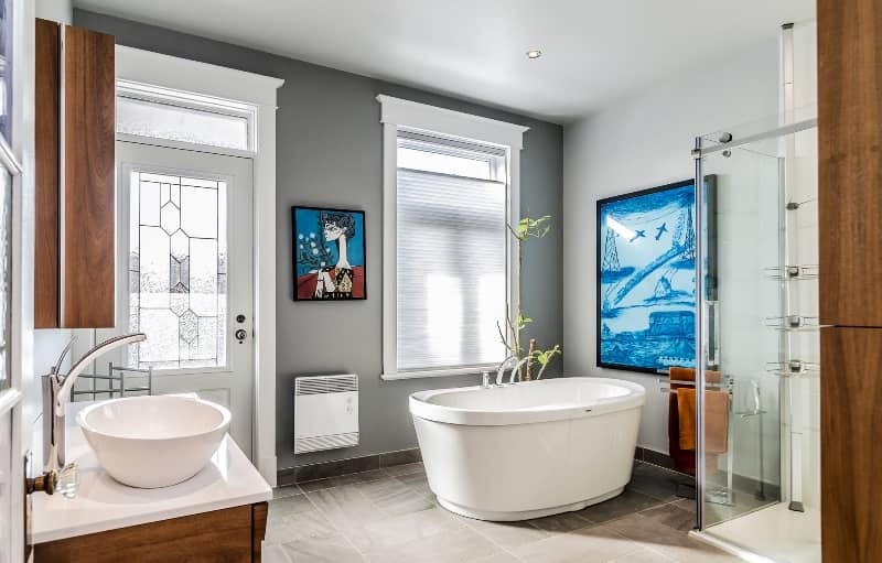 Salle de bains avec bain autoportant
