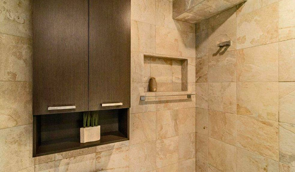 Salle-de-bains-avec-ceramique-plein-mur-et-alcove