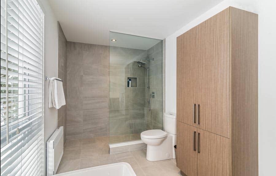 Salle-de-bains-avec-douche-a-litalienne