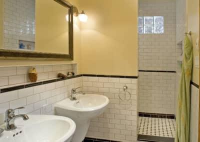 Salle de bains avec lavabo suspendu