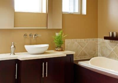 Salle de bains avec miroir coulissant