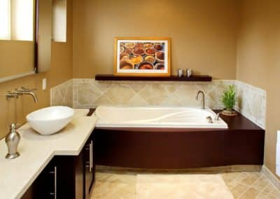 Salle de bains avec podium stratifie