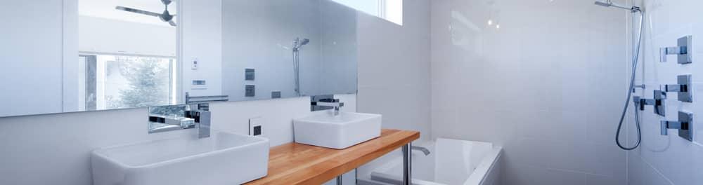 salle-de-bains-avec-2-lavabo-sur-comptoir-de-bois