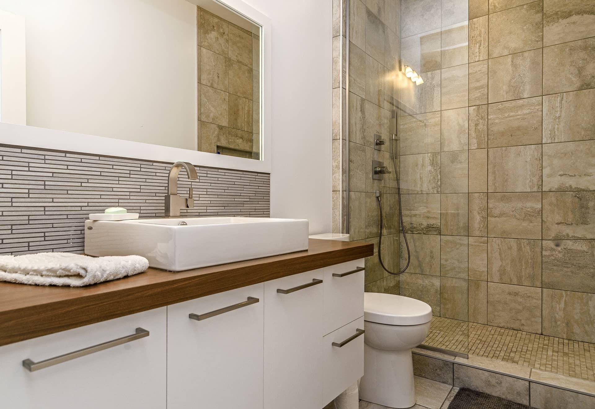 salle de bain avec douche de verre a litalienne.