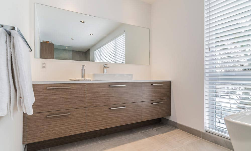 salle-de-bains-avec-vanite-suspendue