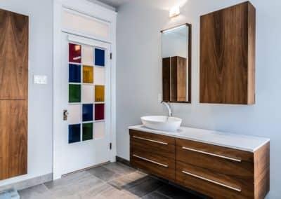 salle de bains avec vanite suspendue